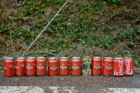 DOKUMENTASJON: En tilskuer langs løypa har stilt opp dagens konsum. Noen oliven, litt cola og mest cerveza.