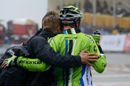 STØTTEKONTAKT: Daniele Ratto måtte få støtte av lagets soigneur på vei bort til podiumseremoni.