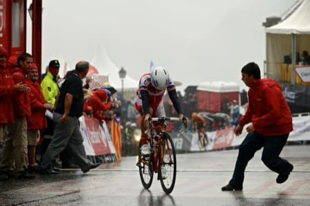 NÆR KOLLAPS: Joaquin Purito Rodriguez velter nesten over mål, totalt utmattet etter den siste stigningen.