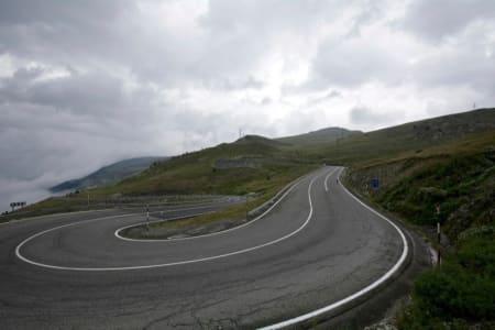 PORT DE ENVALIRA: Nydelige serpentinsvinger, men få minutter senere åpnet himmelen sine sluser over Andorra.
