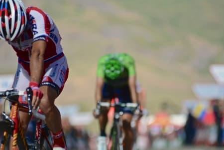 HENGENDE HODER: Kroppsspråket til Rodriguez og Valverde vitner om en knalltøff avslutning på den 16. etappen.