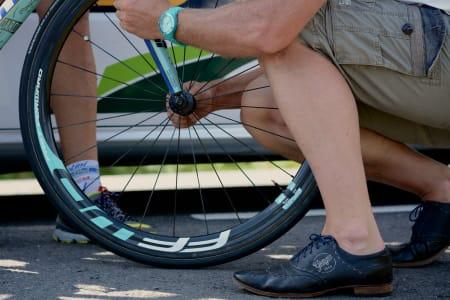 HJULSKIFT: Kyndige hender jobber raskt, men Landevei stiller seg noe tvilende til denne kombinasjonen sko og benklær!