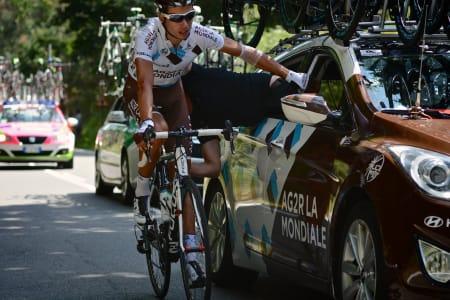 MEKANISK ASSISTANSE: Beleilig med teknisk trøbbel opp bakken i langesona for denne AG2R-rytteren!