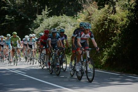 RADIOSHACK LEDER AN: Chris Horner i rød ledertrøye holdt seg lenge foran, men ga fra seg ledelsen til Nibali i mål.