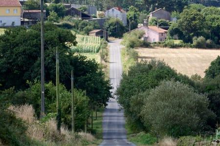 GALICISK LANDSKAP: Mye opp og ned i Galicia, og rytterne måtte bryte seg opp over 3.000 høydemeter på 4. etappe.