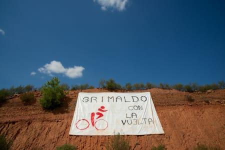 HOLAAAA: Beboerne i Grimaldo sender en liten hilsen til rytterne på vei gjennom det karrige landskapet.