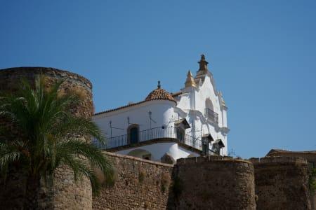 TORRE LUCIA: Rytterne hadde ikke tid til å beundre de gamle slottsmurene i Plasencia.