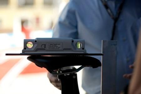 STRENGE REGLER: Hvis setet heller mer enn 3 grader enten opp eller ned må mekanikeren rette opp fort som bare det!