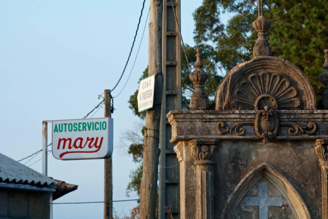 SALIG BLANDING: Børs og katedral om hverandre. Velkommen til Spania.