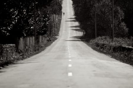 LANGE FLATER: Rytterne fikk testet tålmodigheten på noen endeløse rette strekker med glovarm spansk asfalt.
