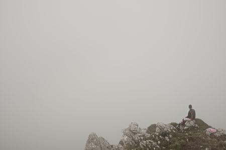 TÅKEHAV: Som så mange ganger før, ble utsikten fra Alto de l'Angliru spolert av tett tåke.