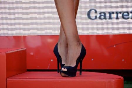 STILSIKKERT: Slik skal altså en podiumpike plassere sine pleide føtter.