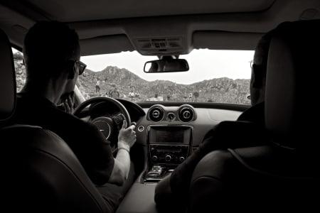 KURT KAOSPILOT: Landevei fikk skyss med Kurt's Jaguar de siste kilometerne opp Angliru. Det hadde vært raskere å ta beina fatt!