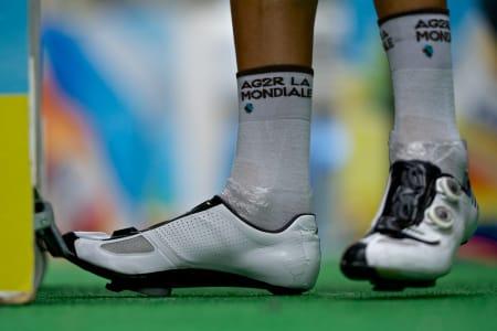 DESPERAT FORSØK: Plastposer i skoene for å holde vannet unna i Andorra. Tvilsom metode!