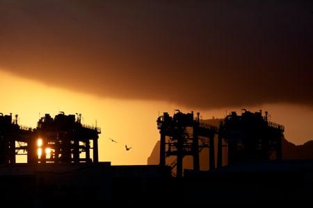 NY DAG, NYE MULIGHETER: Glødende soloppgang over havna i Estepona. Gibraltar kan såvidt skimtes bakom menneskeskapte installasjoner.