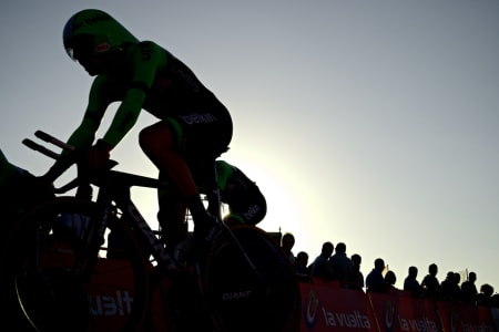 KAMP MOT KLOKKA: Årets Vuelta a España åpnet med en teknisk krevende lagtempo i Galicia.