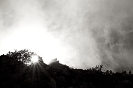 OBSCURED BY CLOUDS: Solskinnet på Angliru forsvant når rytterne ga seg i kast med det fryktede fjellet.