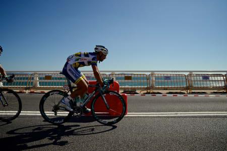 VINDFULLT: Thomas De Gendt på vei over brua til Isla de Arousa på en særdeles vindfull etappe.