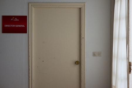 THE OFFICE: Bak denne triste døren sitter sjefen over alle sjefer, Director General Javier Guillén.
