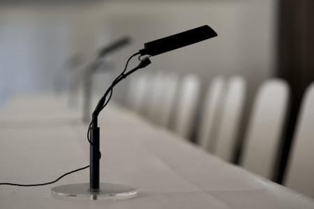 MIKKMAKK: Mikrofonen i pressesalen står klar til bruk.
