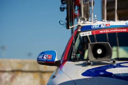 TÅKELUR: Franske FdJ satser på god, gammaldags hyling fra følgebilen.