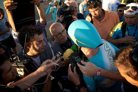 FRITT VILT: Alle ville ha en bit av Vincenzo Nibali etter målgangen i Sanxenxo.