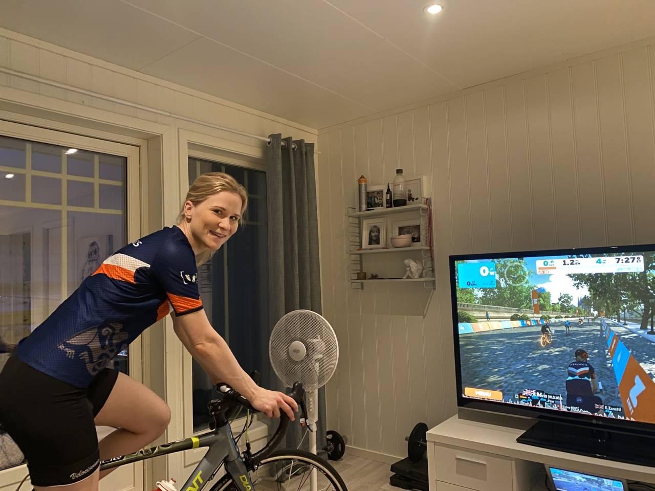 Veronica Kristiansen begynte med Zwift for å kunne trene uten å måtte gå fra ungene